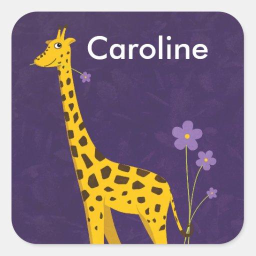 Niedliche Giraffe, die lila Blumen kundengerecht h Quadrataufkleber