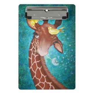 Niedliche Giraffe mit dem Vogel-Malen