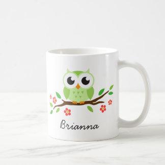 Niedliche grüne Eule auf personalisiertem Namen de Tee Tasse