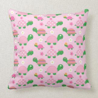 Niedliche grüne Schildkröte auf buntem Rosa Kissen