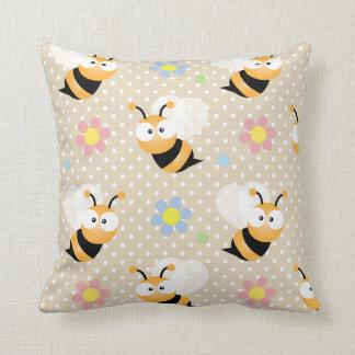 Niedliche Hummel-Biene und buntes Blumen-Muster Kissen