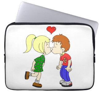 Niedliche Jungenmädchenkuss-Cartoonkinder Laptopschutzhülle