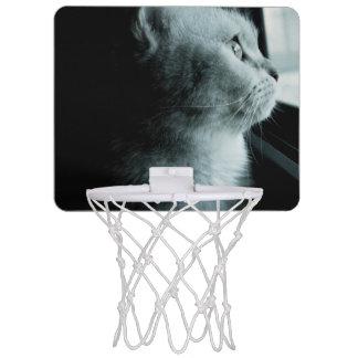 Niedliche Katze, die durch das Fenster schaut Mini Basketball Netz