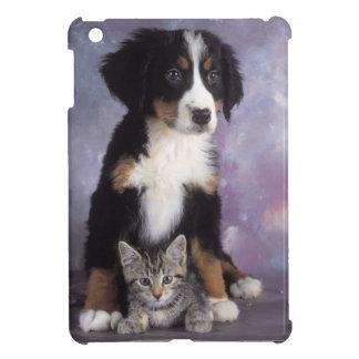Niedliche Katze im Hund in der Liebe Schutzhülle Fürs iPad Mini