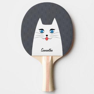Niedliche Katze mit der Zunge, die heraus haftet Tischtennis Schläger