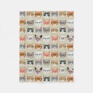 Niedliche Katzen, die Glas-Muster tragen Fleecedecke