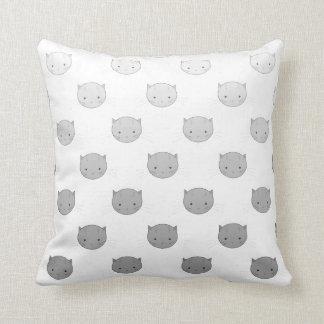Niedliche Kitty-Gesichter im Schwarz-weißen Grau Kissen