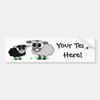 Niedliche kleine schwarze Schafe und große graue Autoaufkleber