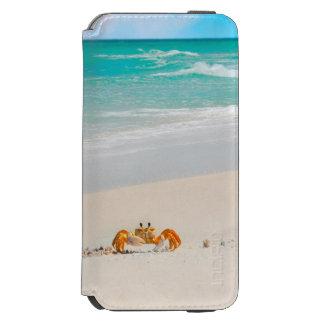 Niedliche Krabbe auf einem tropischen Strand Incipio Watson™ iPhone 6 Geldbörsen Hülle