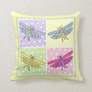 niedliche Libellen auf einem quadratischen Kissen
