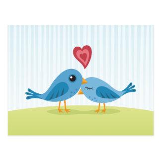 Niedliche Liebevögel mit Herzraumpostkarte Postkarte