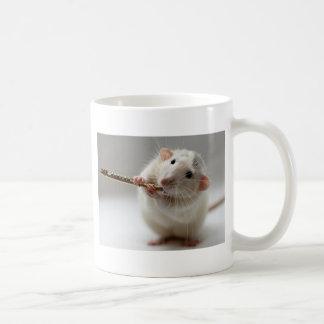 Niedliche Ratte, die Flöte spielt Kaffeetasse