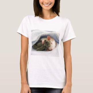 niedliche Ratte, die mit Teddy schläft T-Shirt