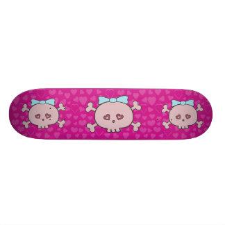 Niedliche rosa Cartoon-Schädel mit Bändern u. Herz Individuelles Skateboard