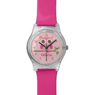 Niedliche rosa Eule auf Uhr