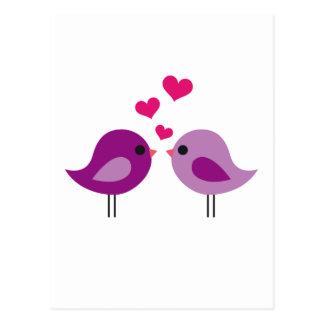 Niedliche rosa Liebevögel mit roten Herzen Postkarte