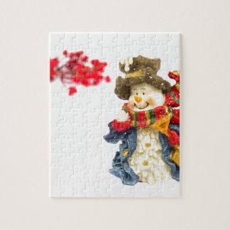 Niedliche Snowmanfigürchen mit roten Beeren auf Puzzle