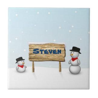 Niedliche Snowmen mit hölzernem Namenszeichen - Keramikfliese