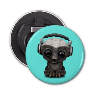 Niedliche tragende Kopfhörer Baby-Honig-Dachs-DJ Flaschenöffner