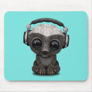 Niedliche tragende Kopfhörer Baby-Honig-Dachs-DJ Mousepad