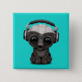 Niedliche tragende Kopfhörer Baby-Honig-Dachs-DJ Quadratischer Button 5,1 Cm
