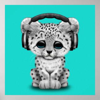 Niedliche tragende Kopfhörer Schneeleopard CUBs Poster