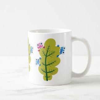 Niedliche Wanzen essen grünes Blatt Kaffeetasse