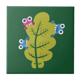Niedliche Wanzen essen grünes Blatt Keramikfliese