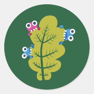 Niedliche Wanzen essen grünes Blatt Runder Aufkleber