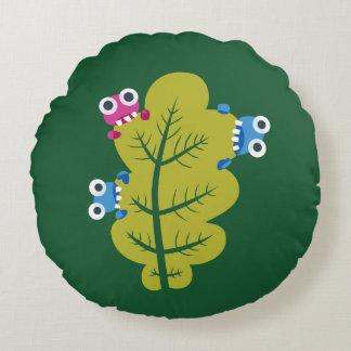 Niedliche Wanzen essen grünes Blatt Rundes Kissen