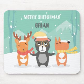 Niedliche Weihnachtscharaktere im Schnee Mousepad