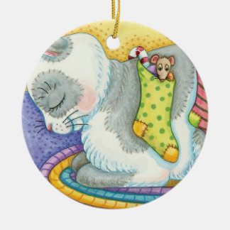 Niedliche Weihnachtskatze, die mit Mäusen in den Keramik Ornament