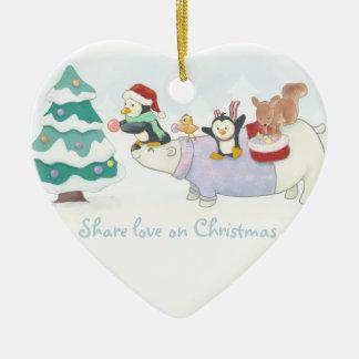 Niedliche Weihnachtstiere, die einen Keramik Herz-Ornament