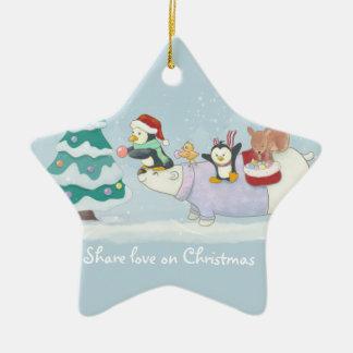 Niedliche Weihnachtstiere, die einen Keramik Stern-Ornament