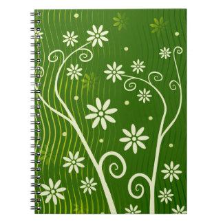 Niedliche weiße Blumen auf grünem Spiral Notizblock