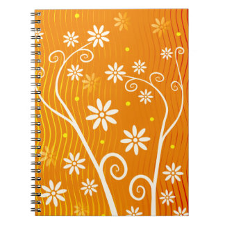 Niedliche weiße Blumen auf orange Notizblock