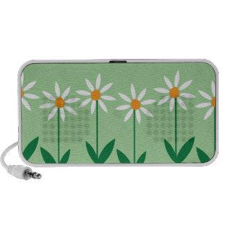 Niedliche weiße Gänseblümchen auf grünem Reise Speaker