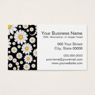 Niedliche weiße Gänseblümchen auf schwarzem Visitenkarte