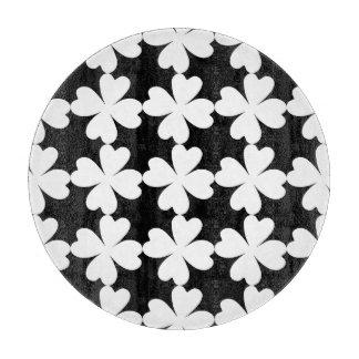 Niedliche weiße Kleeblätter auf Schwarzem Schneidebrett