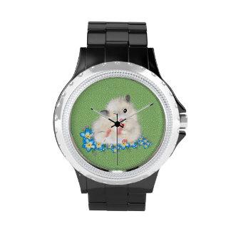 Niedliche weiße syrische Hamsterzusätze, grüne Uhr