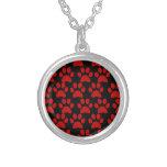 Niedliche Welpen-Hundetatze druckt rotes Schwarzes Halskette