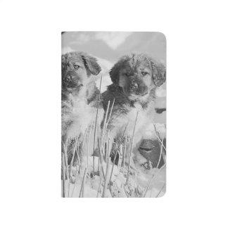 Niedliche Winter-Welpensnowy-Hunde außerhalb Taschennotizbuch