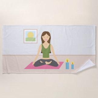Niedliche Yoga-Frau in der Lotos-Pose Strandtuch