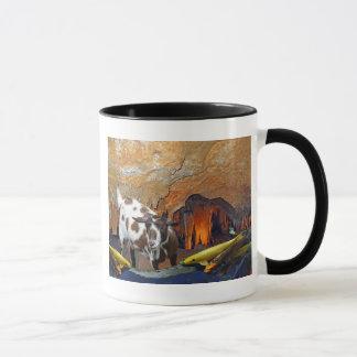 Niedliche Ziege und Goldfish in einer glühenden Tasse