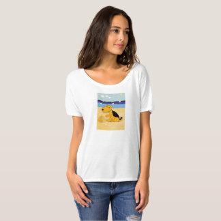Niedlicher Airedale-Terrier-Hund am Strand T-Shirt