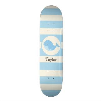 Niedlicher Baby-Blauwal; Streifen Skateboard Deck