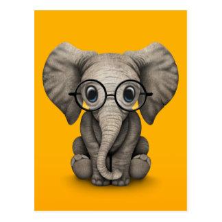 Niedlicher Baby-Elefant mit Leseglas-Gelb Postkarte