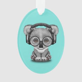 Niedlicher Baby-Koala-tragende Kopfhörer Ornament