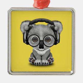 Niedlicher Baby-Koala-tragende Kopfhörer Quadratisches Silberfarbenes Ornament