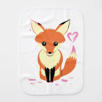 Niedlicher BabyFox malt rosa Herz Spucktuch
